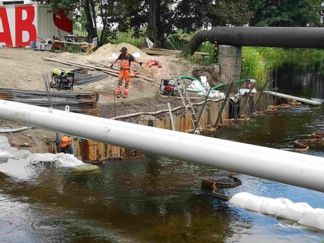 Przebudowa ul. Kruszelnickiego trwa. Drogowcy pracują przede wszystkim przy Trynce, gdzie budują nowy mostek