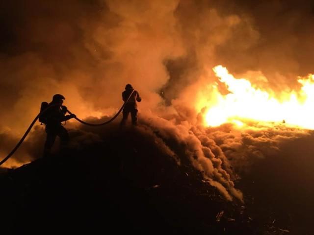 Strażacy gaszą pożar podkładów kolejowych przy ulicy Kuśnierskiej w Katowicach