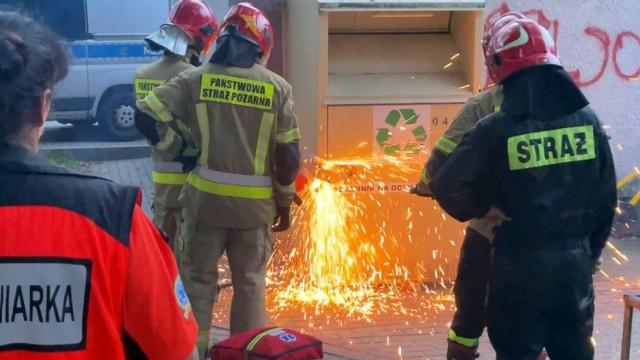 Mężczyzna ukrył się przed policją w pojemniku na odzież. Strażacy musieli rozcinać kontener. Wygrał zakład!