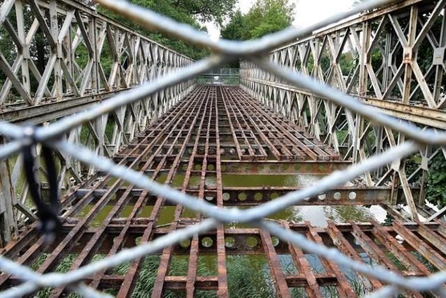 Zżarte przez rdzę elementy starego mostu w Kobylnikach