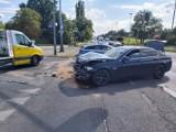 Wypadek na skrzyżowaniu Pabianickiej i Rudzkiej w Łodzi. Czarne bmw wjechało na czerwonym świetle