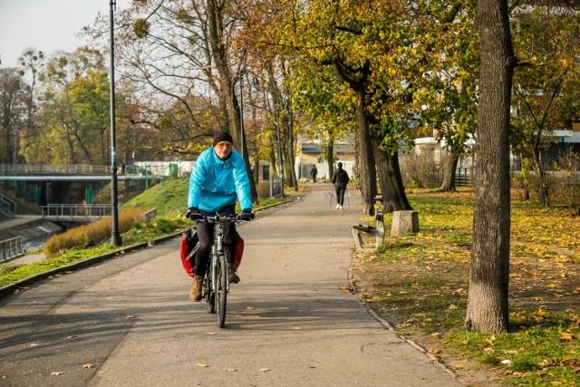 Bydgoscy rowerzyści chętnie wykorzystują bulwary do przemieszczania się po mieście. Od niedawna jest to zakazane.