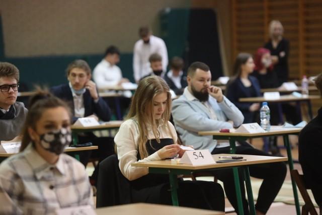 I LO   Otrzymali świadectwo dojrzałości - 151 Liczba zdających, którzy przystąpili do wszystkich egzaminów - 159 Zdawalność - 95 proc.  Język polski (poziom podstawowy): Liczba zdających - 159 Zdawalność - 100 proc. Średni wynik - 65 proc.  Matematyka (poziom podstawowy): Liczba zdających - 159 Zdawalność - 95 proc. Średni wynik - 70 proc.  Język angielski (poziom podstawowy): Liczba zdających - 152 Zdawalność - 100 proc. Średni wynik - 92 proc.