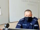 Myszkowscy policjanci prowadzą akcję profilaktyczną z młodzieżaą w inernecie