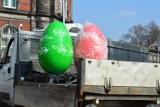 W Żaganiu jaja na rondach! Zobaczcie, jak montowane są świąteczne ozdoby!