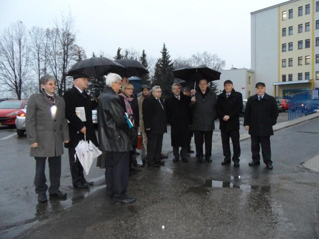 Wiceminister Janusz Żbik (czwarty od prawej) w otoczeniu przedstawicieli władz szpitala i powiatu