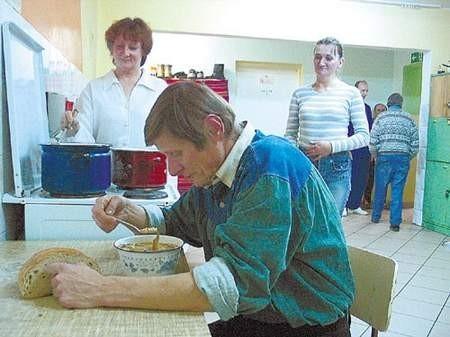 Piotr Cyrus, Alicja Załecka i Danuta Ruth są bardzo zadowoleni z warunków, jakie stwarza im noclegownia.