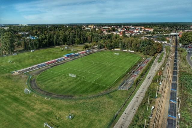 Bieżna na stadionie w Kostrzynie jest żużlowa i zdaniem biegaczy do niczego się już nie nadaje. Z kolei piłkarze czekają na boisko ze sztuczną nawierzchnią i sztucznym oświetleniem.