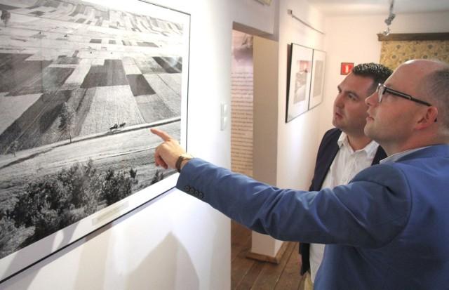 Jedną z prac Pawła Pierścińskiego, charakterystyczną dla Świętokrzyskiej Szkoły Krajobrazu oglądają Piotr Sobierajski i Filip Kryczka.