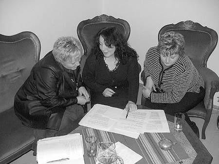 Anna Plechowska, Nina Bochenek oraz Róża Żyzno sprawdzają  swoje rachunki na rzecz wspólnoty.