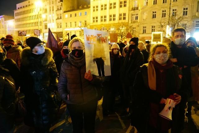 """W odpowiedzi na środową publikację wyroku Trybunału Konstytucyjnego w sprawie aborcji na ulice polskich miast wyszły tysiące osób (zwłaszcza kobiet) sprzeciwiających się zaostrzeniu prawa aborcyjnego. W czwartek od godziny 19 licznie protestowało także w Poznaniu na placu Wolności, gdzie zebrał się tłum protestujących. Protestującym towarzyszyły hasła: """"Nigdy, przenigdy nie będziesz szła sama"""", """"Najpierw godność, potem płodność"""" oraz """"Chcemy wyboru, a nie terroru"""" oraz już tradycyjne wulgarne hasła antyrządowe. To drugi, jednak nie ostatni protest, bo w najbliższych dniach zaplanowano kolejne.   Zobacz zdjęcia ---->"""