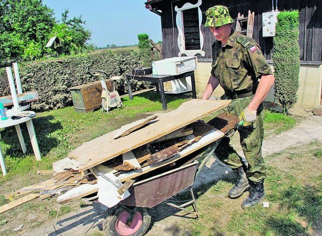 W usuwaniu zniszczeń powodziowych  mieszkańcom gminy Szczurowa  pomagało wojsko