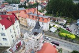 Tak montują dach na wieży remizy OSP w Dusznikach-Zdroju