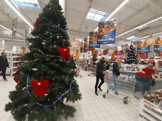 Który sklep w Polsce jest najtańszy? Gdzie za zakupy zapłacimy najmniej? Wyniki mogą zaskoczyć.  Zobacz na kolejnych slajdach sklepy od najdroższego do najtańszego >>>