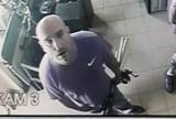 Okradli lombard w Sosnowcu, teraz szuka ich policja. Rozpoznajesz tego mężczyznę?