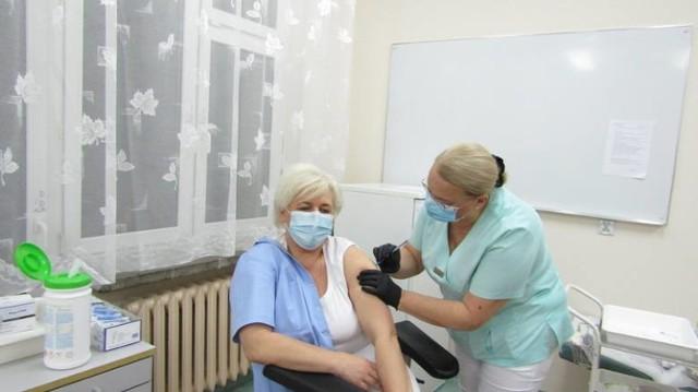 Jedną z pierwszych zaszczepionych osób w koneckim szpitalu była pielęgniarka, Joanna Marczak.