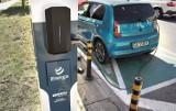 Ładowanie samochodów elektrycznych w Gdyni możliwe ze słupa oświetleniowego. Zainstalowano specjalne ładowarki