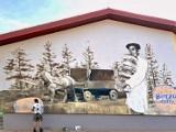 Legendarnego dostawcę pieczywa uhonorowali muralem na ścianie hotelu - karczmy w Birczy koło Przemyśla [ZDJĘCIA]