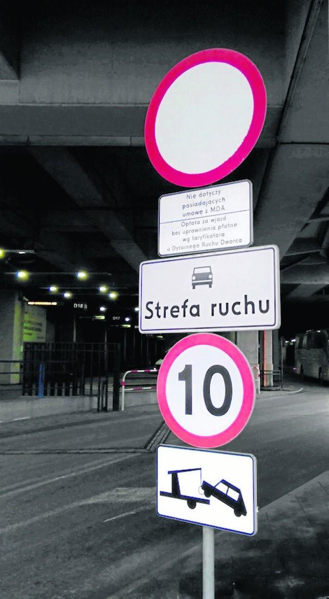 Przy wjeździe na dworzec autobusowy ustawiono znak zakazu wjazdu. Pod nim jest tablica informująca o tym, że za wjechanie na teren obiektu bez uprawnienia zostanie naliczona opłata. Nie podano jednak jaka jest wysokość kary, która zgodnie z regulaminem wynosi 85 zł. Zdaniem miejskiego rzecznika konsumentów powinna być tam informacja o tym, jaki jest koszt złamania zasad dworca.