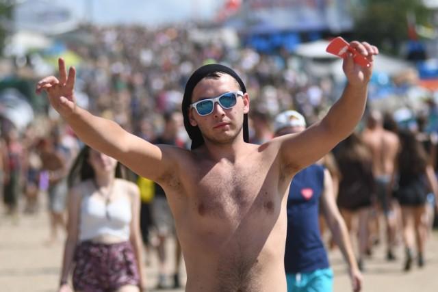 """Szczupli, grubsi, łysi, kudłaci, brodacze i nie tylko... Facetów na Pol'and'Rock festiwalu jest zdecydowanie pod dostatkiem!   Chociaż są w różnym wieku, mają różne upodobania i różnie wyglądają to łączy ich jedno: upodobanie do dobrej, szalonej zabawy. Każdy kto odwiedza Pol'and'Rock Festival ma w sobie choć odrobinę szaleństwa i miłości do dobrej muzyki.  Poznajcie facetów, którzy wpadli nam """"w oko""""!  WIDEO: Parada motycklowa na Pol'and'Rock 2019"""