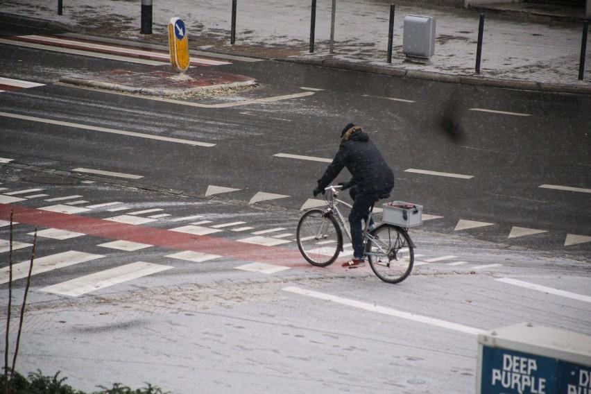 Śnieg we Wrocławiu, bardzo ślisko na ulicach! [ZDJĘCIA]