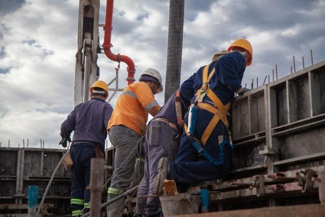 Wielu z nich znajduje pracę na budowach  Ilu obywateli innych krajów znalazło pracę w Głogowie w ostatnich latach? Szczegóły pod kolejnymi zdjęciami --->