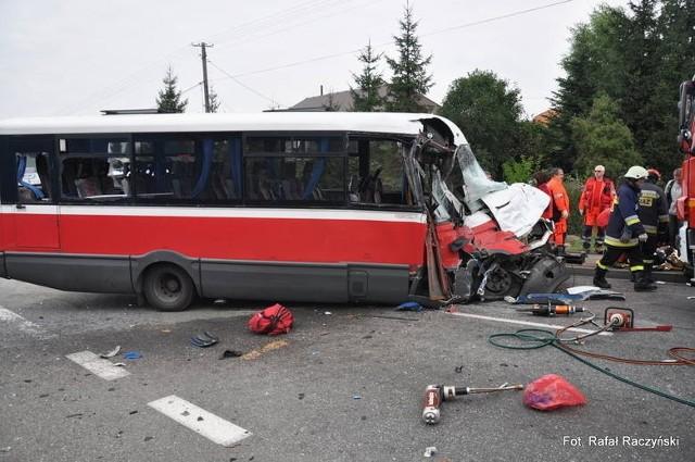 """Do wypadku doszło na krajowej """"czwórce"""". Bus, który zmienił pas ruchu, zderzył się z tirem. W efekcie zginął podróżujący busem 10-letni chłopiec, a 16 osób zostało rannych."""