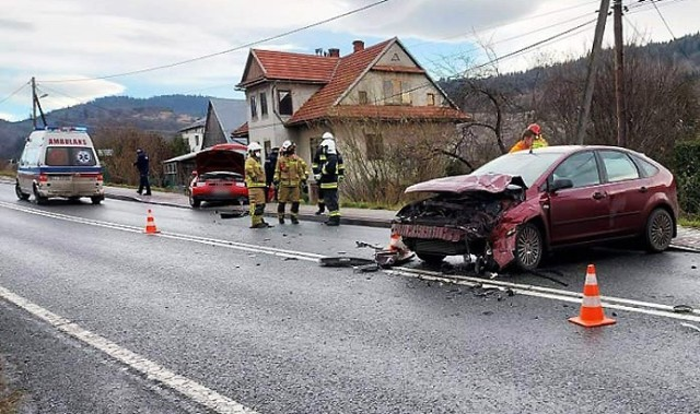 W Mszanie Dolnej, na miejskim odcinku drogi krajowej nr 28, zderzyły się dwa samochody osobowe. Ciężko ranna kobieta trafiła do szpitala.