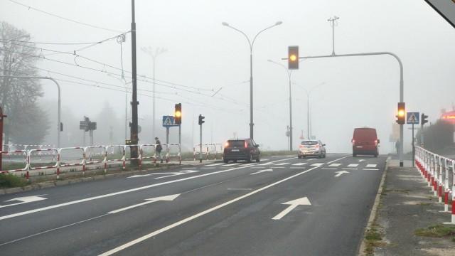 Nowa sygnalizacja świetlna w rejonie Netto oraz ta na skrzyżowaniu z ul, Koszelew ma działać za kilka dni. Na razie wciąż pulsuje tam pomarańczowe światło  Zobacz kolejne zdjęcia/plansze. Przesuwaj zdjęcia w prawo - naciśnij strzałkę lub przycisk NASTĘPNE