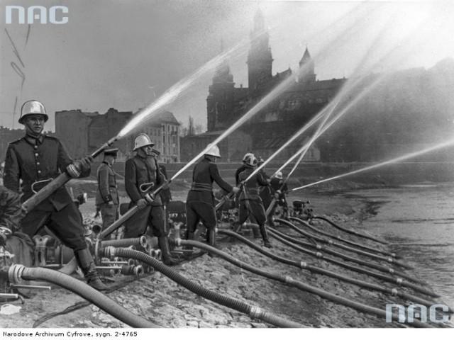 Akcje straży pożarnej z dawnych lat. Ponad 180 tysięcy fotografii z Narodowego Archiwum Cyfrowego www.nac.gov.pl