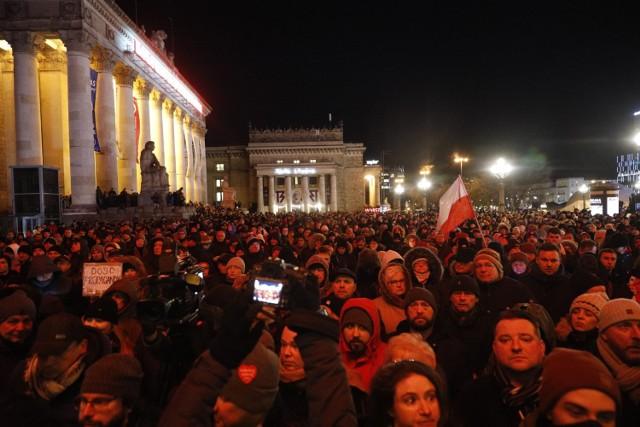"""Plac Defilad. Warszawa żegna Prezydenta Gdańska. Znicze i świece pod hasłem """"Stop Nienawiści"""" [ZDJĘCIA]"""
