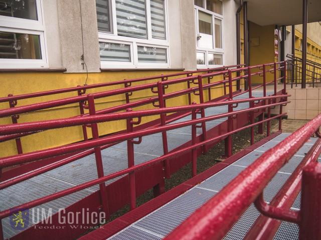 Przed budynkiem szkoły zamontowana została specjalna rampa dla wózków