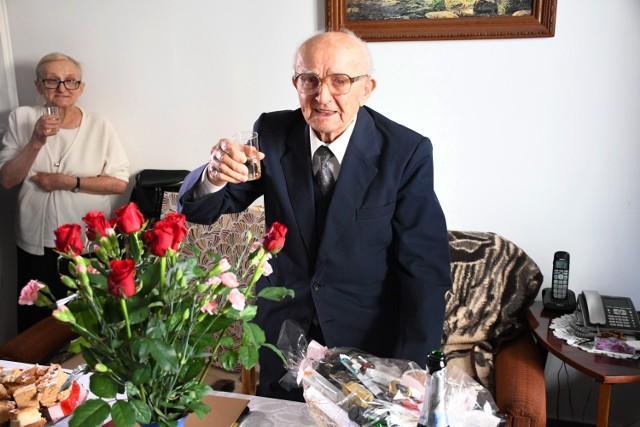 100. urodziny Wacława Jarockiego z Piotrkowa. Jubilatowi życzenia złożył prezydent miasta