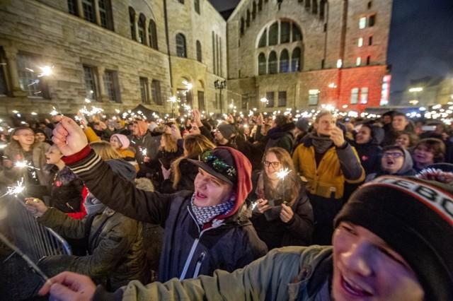 """""""Światełko do nieba"""", jak co roku, rozpoczęło się o godz. 20. Poznaniacy zgromadzeni pod sceną przed CK Zamek otrzymali zimne ognie, które odpalili w czasie pokazu. Zobacz zdjęcia ----->"""