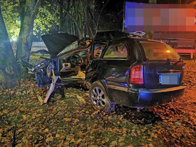 Wypadek na ulicy Gnieźnieńskiej w Koszalinie. Skoda uderzyła w drzewo.