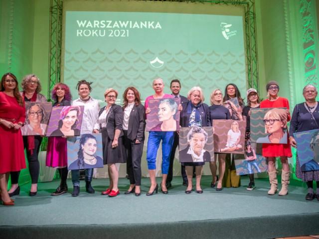 """Jak czytamy na stronie stronie stołecznego Ratusza, """"Warszawianka Roku"""" to plebiscyt honorujący kobiety, które swoją działalnością społeczną lub zawodową w sposób szczególny przyczyniły się do rozwoju i promowania Warszawy.   - Po raz pierwszy zorganizowaliśmy plebiscyt w 2018 roku, w setną rocznicę przyznania Polkom praw wyborczych, aby oddać należny szacunek kobietom w naszym mieście. Dzisiaj, kiedy ich prawa są kwestionowane, widzimy jeszcze wyraźniej, jak ważne jest docenienie roli kobiet, które są silne, otwarte i bezkompromisowe. Kobiet, których odwaga pozwala Warszawie się zmieniać, pomaga jej stawać się lepszym miejscem do życia dla nas wszystkich. Dziesięć kobiet nominowanych w tegorocznej edycji plebiscytu """"Warszawianka Roku"""" to dziesięć powodów do dumy dla naszego miasta - mówi Rafał Trzaskowski, prezydent m.st. Warszawy.  Władze Warszawy dodają, że tytuł """"Warszawianki Roku 2021"""" zostanie przyznany zarówno za działalność na rzecz stolicy, jak i realizację działań na rzecz promowania wartości, takich jak: tolerancja, wybitne osiągnięcia w swojej dziedzinie, działalność na rzecz kobiet, społeczeństwa obywatelskiego i społeczności lokalnej.  Głosy można oddawać:  * Elektronicznie, za pomocą formularza znajdującego się na stronie warszawiankaroku.um.warszawa.pl  * Podczas wydarzeń miejskich, których lista zostanie opublikowana na profilu wydarzenia na Facebooku  * Papierowo, za pomocą formularza dostępnego na stronie warszawiankaroku.um.warszawa.pl. Wypełniony formularz należy wysłać elektronicznie na adres: warszawiankaroku@um.warszawa.pl lub dostarczyć pocztą lub osobiście do Biura Marketingu Miasta na ul. Senatorskiej 36, 00-095 Warszawa, p. 203, z dopiskiem """"Warszawianka Roku"""" na kopercie.  Na kolejnych zdjęciach prezentujemy nazwiska nominowanych kobiet."""