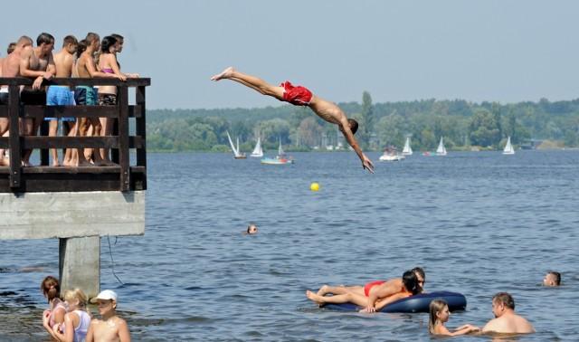 W miejscowości Rynia nad Zalewem Zegrzyńskim odnajdą się miłośnicy różnych form wypoczynku: osoby poszukujące ciszy, spokoju i błogiego lenistwa, rodzice, którzy szukają atrakcji dla dzieci oraz ci, którzy nie potrafią usiedzieć w miejscu, a wolny czas spędzają w sposób aktywny Jezioro to także raj dla miłośników wędkowania. Jego wody zamieszkuje wiele gatunków ryb. Można tu uprawiać wiele sportów wodnych, pływać żaglówką, kajakiem czy rowerem wodnym, a wytrawniejsi sportowcy mogą skusić się na windsurfing czy wakeboarding.  Dojedziecie tam autobusem 705 ze stacji PKP Żerań 06.