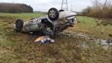 W miejscowości Wadlew samochód na skutek poślizgu wypadł z drogi i dachował