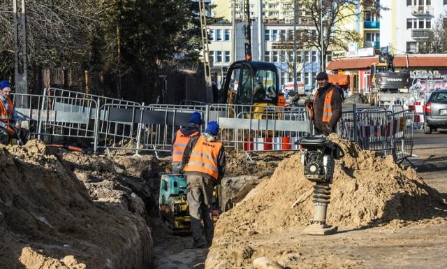 Przebudowa ulicy związana z budową Trasy Uniwersyteckiej (drugi etap) - Uwaga: skrzyżowanie zamknięte dla ruchu kołowego.   Planowany termin zakończenia: 2018-03-31