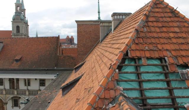 Wichura, która przeszła nad powiatem brzeskim 31 marca zniszczyła pokrycie skrzydła i wieży zamku w Brzegu.
