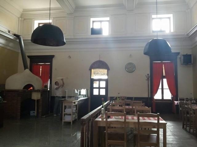 L' Antica Stazione  Restauracja L' Antica Stazione znajduje się w starym budynku dworca kolejowego w Trzebini. W środku panuje niezwykły klimat, który doceni każdy, kto odwiedzi to miejsce. Akutem lokalu jest nie tylko niezwykła lokalizacja, ale także pyszne włoskie jedzenie. Oryginalna włoska pizza na cienkim cieście ze świeżymi dodatkami powinna zaspokoić gusta najbardziej wybrednych. Serwowane są tam także inne włoskie specjały m.in. makarony.