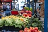 Ile kosztują warzywa i owoce w Toruniu? Oto ceny z targowiska