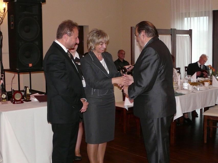 Statuetki wręczali Tadeusz Waczyński, starosta śremski oraz...