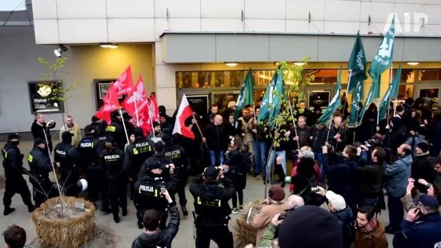 Zdjęcie z protestu z dnia 21 kwietnia pod teatrem Powszechnym w Warszawie