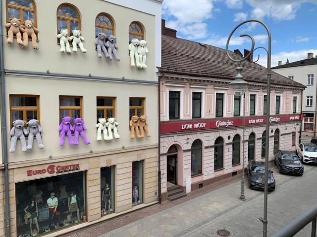 """W Kielcach trwa Budzenie Sienkiewki. Od piątku, 28 maja na Rynku, na placu Artystów, na placu Wolności i na ulicy Sienkiewicza przygotowano wiele atrakcji dla kielczan.   Na deptaku pomiędzy restauracją Włoską i sklepem Pretty Woman stoi duży podświetlany napis """"I ❤️ KIELCE"""". Na budynku przy ulicy Sienkiewicza 8 zamieszkały ogromne maskotki, które z pewnością będą wielką atrakcją dla najmłodszych z okazji przypadającego na wtorek Dnia Dziecka.  A oto niektóre z przygotowanych atrakcji: 1 czerwca odbędzie się turniej szachowy, gdzie walkę na szachownicy stoczą żywi ludzie, organizatorem jest Katolicki Międzyszkolny Klub Szachowy VIKTORIA KOMPLEXBUD, a w role żywych szachów wcielą się uczniowie Zespołu Szkolno – Przedszkolnego Nr 1 w Kielcach i Szkoły Podstawowej numer 9.  1 czerwca na plac Artystów zaprasza kielecka Straż Miejska wszystkie dzieci- te małe i te już całkiem duże, do udziału we wspólnych zmaganiach konkursowych z okazji Dnia Dziecka. Na specjalnym stoisku czekać będzie wiele atrakcji. - Tego dnia będziemy uczyć na wesoło i sprawdzać wiedzę dzieci z zakresu bezpieczeństwa. Razem będziemy mogli powalczyć o tytuł zwycięzcy w olbrzymiej grze planszowej, zakręcić kołem fortuny, czy szukać prawdy ukrytej pośród szyfrów. Tego dnia na każdego, kto aktywnie spędzi z nami Dzień Dziecka, czekają niespodzianki. Do zobaczenia - zaprasza Bogusław Kmieć z zespołu prasowego Straży Miejskiej w Kielcach.  Świat Dziecka zaprasza plac Artystów na dmuchane zamki, zjeżdżalnie, strzelnice, labirynt.  czeskie wesołe miasteczko z karuzelami jest na placu Wolności; Aeroklub Kielecki prezentuje swoje statki powietrzne.  Przedstawiciele kieleckich salonów samochodowych prezentują kielczanom nie tylko auta w aktualnej sprzedaży, ale i premierowe nowości.   Zobacz więcej na kolejnych slajdach >>>"""