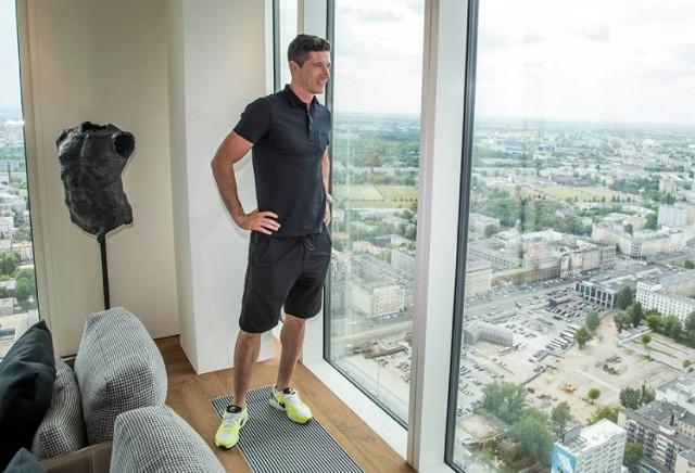 Choć Robert Lewandowski na co dzień mieszka w Monachium, ma też mieszkanie w Warszawie. Nabył tu luksusowy apartament na jednym z najwyższych pięter wieżowca Złota 44. Nie wiadomo dokładnie ile metrów ma mieszkanie, ale biorąc pod uwagę całą inwestycję z pewnością jest to luksusowy apartament.   Do dyspozycji reprezentanta Polski jest też basen, siłownia oraz kino, które może zamienić się na... symulator do gry w golfa.