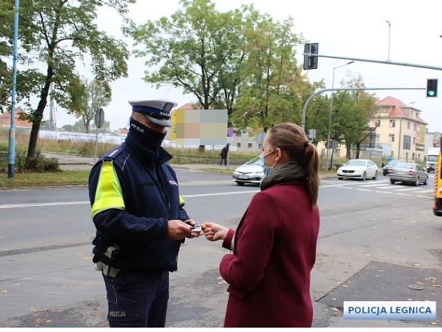 Policjanci w Legnicy sprawdzają, czy legniczanie stosują się do zasad noszenia maseczek. Wsparciem dla policji jest z Żandarmeria Wojskową z Żagania, która kontroluje osoby przebywające na kwarantannie