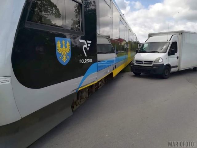 Jak wynika z pierwszych ustaleń policjantów, kierowca dostawczego opla nie zachował ostrożności i wjechał w bok pociągu relacji Opole - Kluczbork