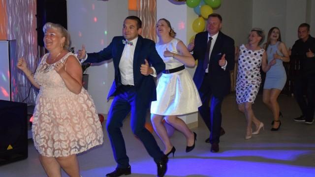 Dobry nastrój towarzyszył każdemu, kto choć na chwilę postawił nogę na rozgrzanym, tanecznym parkiecie! :)