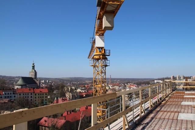 Trwa budowa lądowiska dla helikopterów na dachu szpitala śląskiego w Cieszynie